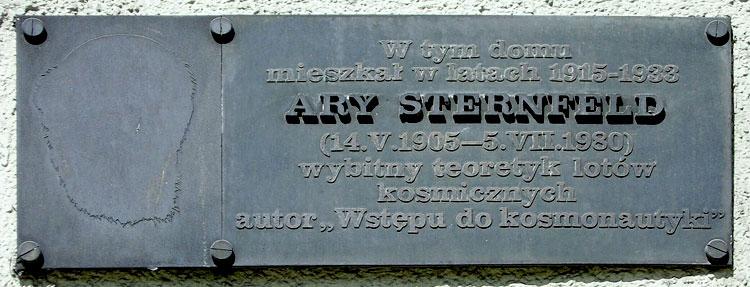 Pamiątkowa tablica na scianie domu przy ulicy Więckowskiego 21. fot. Magdalena J. Pawlak
