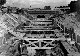 Regulacja dopływu rzeki Jasień, widać most na ul. Wólczańskiej. Rok 1931.